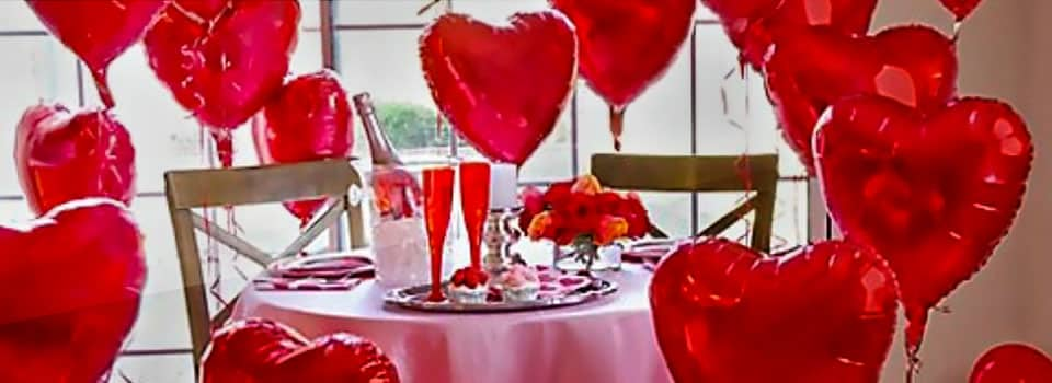 Saint Valentin, décoration de table, ballon coeur, bougie, confetti